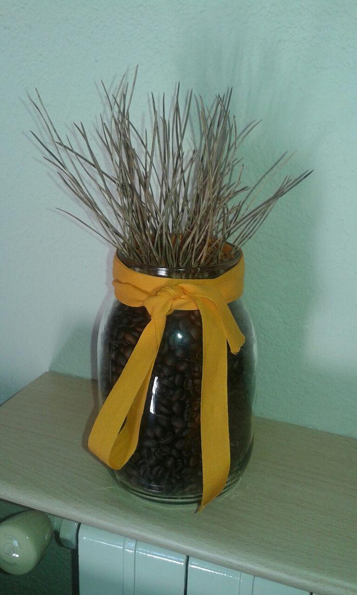 Decorazione casa con materiali di recupero...aghi di Pino...chicchi di caffè e vaso di frutta...