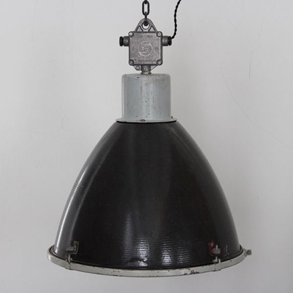 Factory lamp/ビンテージのファクトリーランプです。  いかにも工業用照明というような無骨で存在感のある一台。 #家具 #ヴィンテージ #北欧 #テーブル #デザイン #アンティーク #デンマーク #イギリス #照明