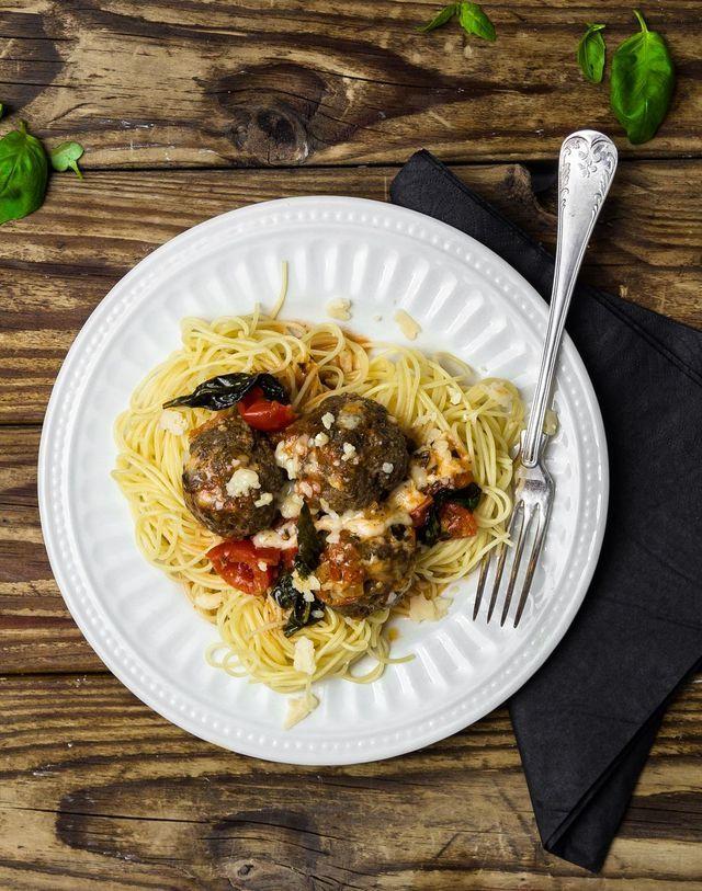 Italienska köttbullar med pesto i krämig tomat- och mozzarellasås | Alicias kokbok