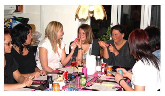 Dildoparty! Ja i hørte rigtigt, det er populært som aldrig før at slå pjalterne sammen med veninderne (eller gutterne) og få en sjov og informativ aften til et dildoparty. Langt over halvdelen af alle voksne danskere har et sexlegetøj eller flere derhjemme i skuffen, og det er ikke taboo længere.