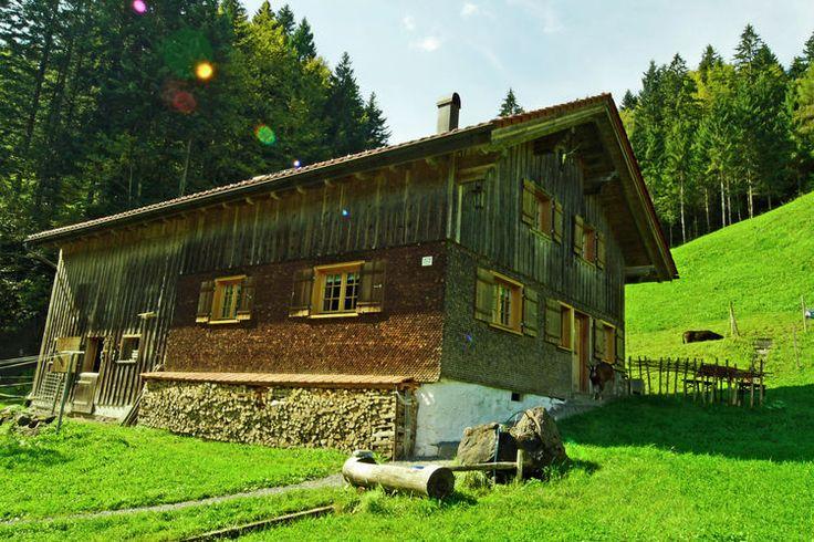 Uniek vakantiechalet gelegen in de regio Vorarlberg te Oostenrijk. Dit vakantiehuis biedt ruimte aan maximaal 6 personen en ligt net buiten Bizau.    Meer informatie op onze website!