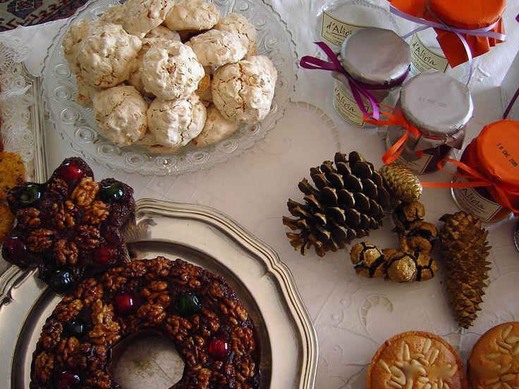 Pastel de Navidad, rochers de coco, productos de Navidad para elegir en tu cesta de regalo o tu mesa de Navidad. d'Alicia Café Estepona, Guadalmina, Sotogrande.  www.dealicia.com