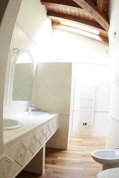 Le finiture di un bagno di una abitazione in Borgo Castelliere, a Variano