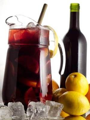 ¿Como hacer un Tinto de Verano Casero? Llenamos la jarra o el bol de hielo, como más mejor!! aquí sin limite!   Añadimos las rodajas del limón.  Hacemos la mezcla de vino y gaseosa por ejemplo ½ litro de vino y ½ litro de gaseosa.  Un poquito de Vermut dorado.