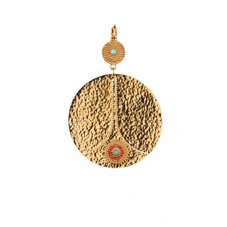 Vous rêvez de vacances! Satellite vous offre la chaleur et la brillance du soleil, concentrées dans une paire de boucles d'oreilles en métal martelé doré.