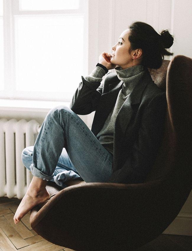 Pull col roulé porté le col déroulé + blazer + jean délavé = le bon mix
