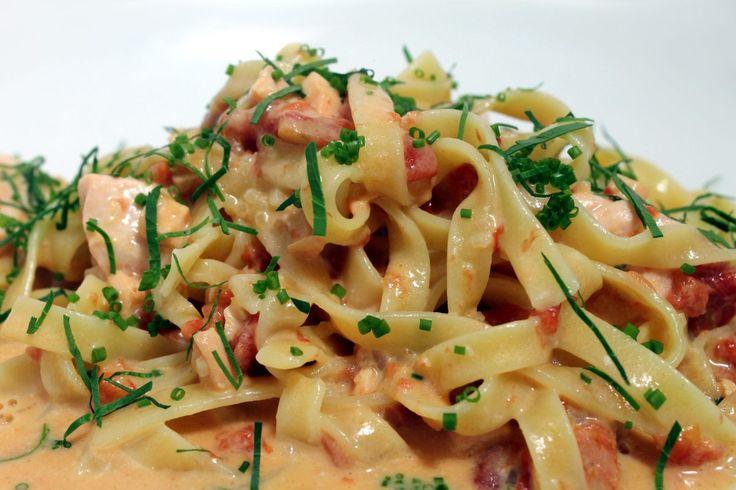 """tagliatelles au saumon frais Les tagliatelles... Ces longues pâtes typiquement italiennes, sont cuites """"al dente"""" dans une recette savoureuse aux…"""