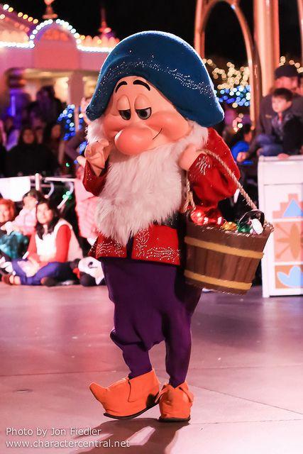 Bashful - Disneyland Dec 2012 - A Christmas Fantasy Parade ...