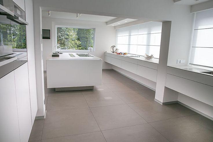 weiße Küche modern - schwebende Küche - weiße Arbeitsplatte ...