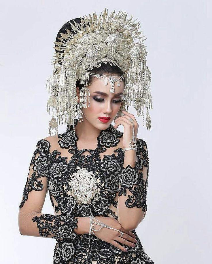 Suntiang merupakan ciri khas pengantin pada pernikahan adat minang yang digunakan sebagai hiasan dibagian kepala pengantin wanita yang beratnya bisa mencapai 5 kg. �� @intanaletrino  @aldiphoto  @aldy_widhie  @thanti_ratuwedding  http://gelinshop.com/ipost/1515015518267094811/?code=BUGapZDg7cb