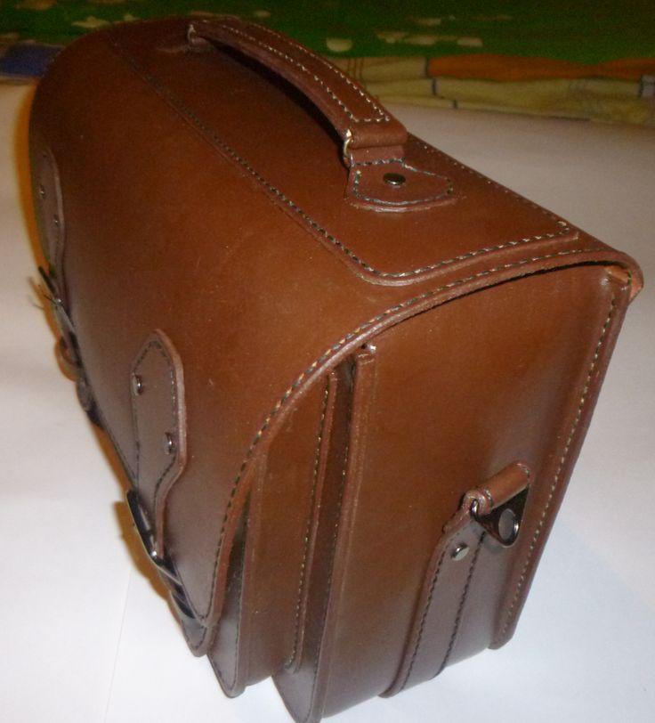 Мужской портфель из шорно-седельной кожи смешанного дубления. Полностью ручная работа. Прошит седельным швом вощеной нитью. Имеет 2 отделения и задний карман на молнии.