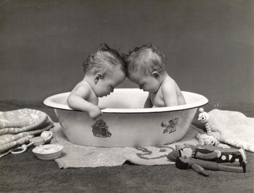 Fotograaf onbekend | Tweelingen. Jongens tweeling in het bad. Rondom het badje baby speelgoed, rammelaar, handdoeken en zeep. Foto is afkoms...