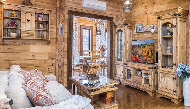 Деревянные стены, пол, потолок создают в жилом пространстве эффект мягкого янтарного свечения. Чтобы его усилить, владельцы подобрали всю мебель в той же теплой гамме медовых оттенков.