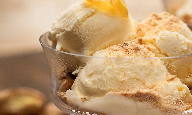 Taça de sorvete com gengibre e farofa crocante de nozes - MdeMulher - Editora Abril