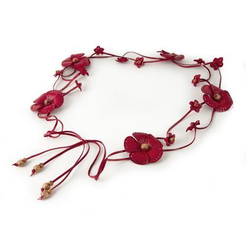 CINTURA GRETA ROSSO  -  Cintura in vera pelle con allacciatura a fiocco decorata da graziosi fiori in pelle e piccole perline in legno. Lungh: 80 cm. + lacci di chiusura 25 cm. per parte.