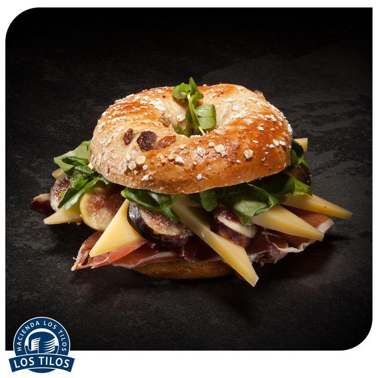 Bagel con fromage de montagne, higos, berros y jamón serrano. #Recetas #Gourmet http://www.lostilos.cl/recipes/bagel-con-comte-higos-berros-y-jamon-serrano/