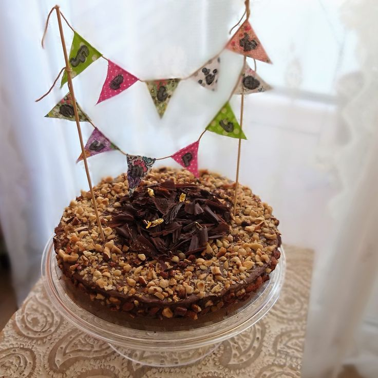 Decorating an easy no-bake nutella cheesecake for a birthday party - lili's cakes #cakedecoration #bunting #birthday #nutella #cheesecake #recipe