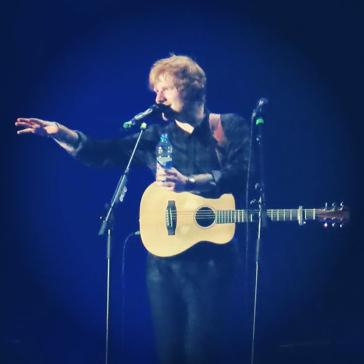 @edsheeran playing Little Bird  for @wilbo_bagginss live at the Phones 4U Arena Manchester 27/10/2014