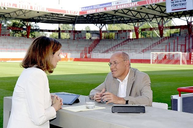 Bettina Schausten interviewt Gregor Gysi im Stadion von Union Berlin. Foto: dpa.