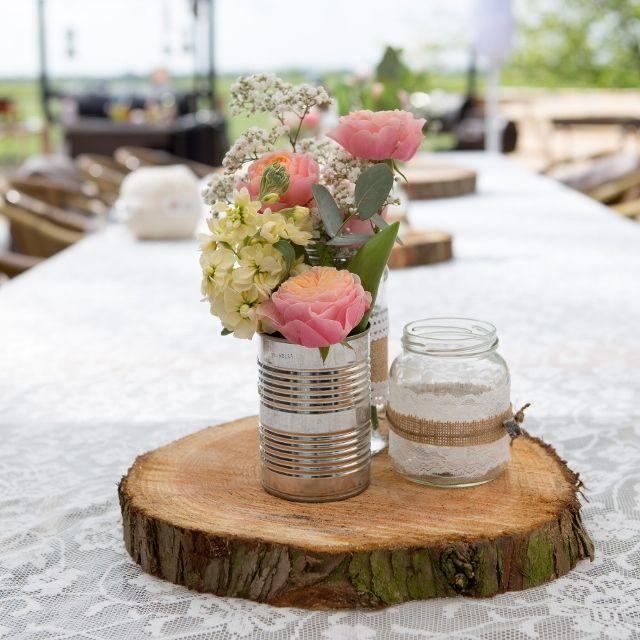 Table centre piece wedding, bloemen op boomschijf