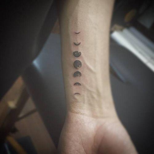 Fases lunares en el interior del antebrazo izquierdo. Artista...
