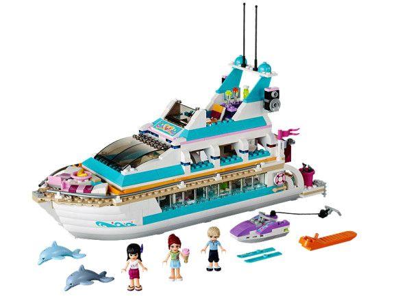 IAHT DE CROAZIERA CU DELFINI (41015) Ridica ancora distractiei in iahtul de croaziera cu delfini, care se deschide pentru a te putea juca in interiorul lui cu cele 3 mini-papusi !