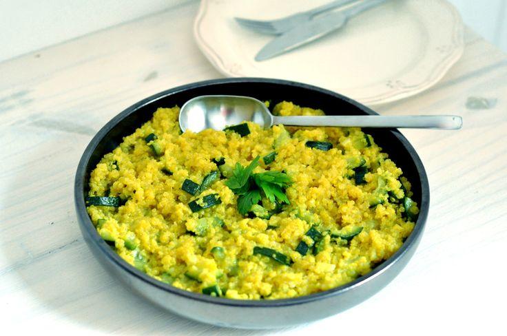 Risotto de quinoa et courgette Pour 4 personnes :  ♦️ 200 g de quinoa cru ♦️ 2 oignons frais ♦️ 2 courgettes ♦️1 cc de curcuma (ou curry) ♦️huile d'olive