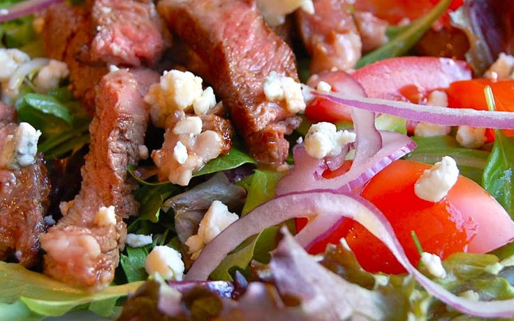 Lekkere biefstuksalade met kaas passend in een koolhydraat arm dieet. Onderdeel van de gobento.nl weekmenu's