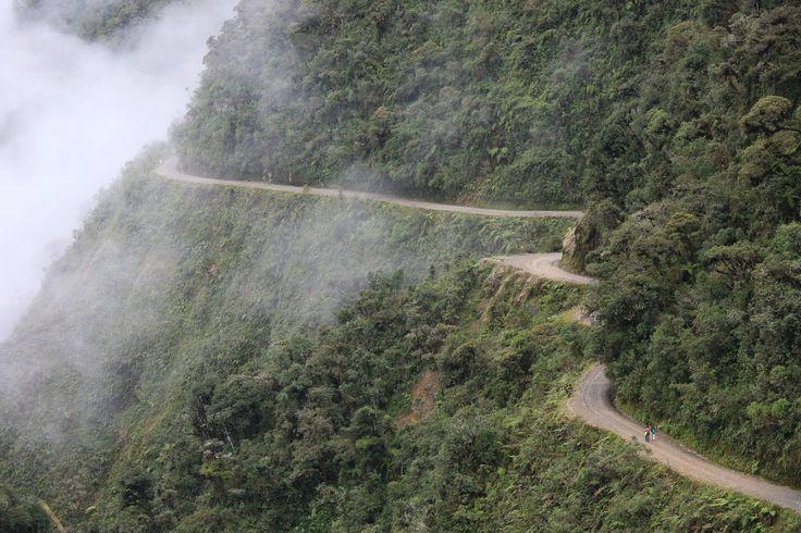 A ESTRADA DA MORTE, BOLÍVIA É como é conhecida a estrada Yungas del Norte, um estreito e sinuoso caminho de 70 km de extensão entre as montanhas bolivianas. Seu cenário deslumbrante atrai mais de 25 mil ciclistas anualmente, mas o local está coberto por pequenas cruzes de madeira que marcam os acidentes fatais. Um estudo do Inter-American Developement Bank concluiu que cerca de 300 pessoas perdem suas vidas aqui todo ano.
