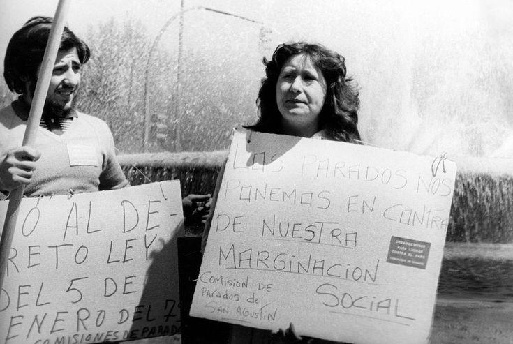 Madrid, 1 de mayo de 1979 Dos manifestantes protestan contra el decreto ley del 5 de enero de 1979, sobre la creación del Instituto de Mediación, Arbitraje y Conciliación.