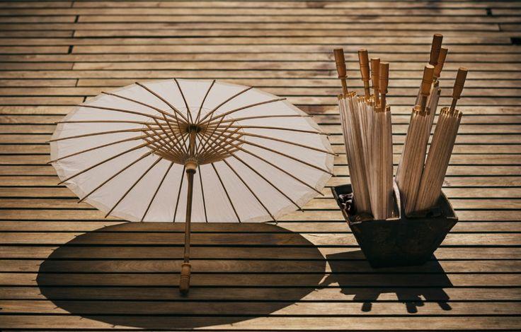Sombrillitas de papel de arroz y varillas de bambú. Ideales para ceremonias civiles al aire libre