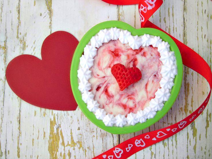 Siete alla ricerca di un dolce fresco, buono, carino e sopratutto facile da preparare? Ecco la per voi la ricetta per preparare delle romantiche mini cheesecake a forma di cuore, perfette per la festa di San Valentino.
