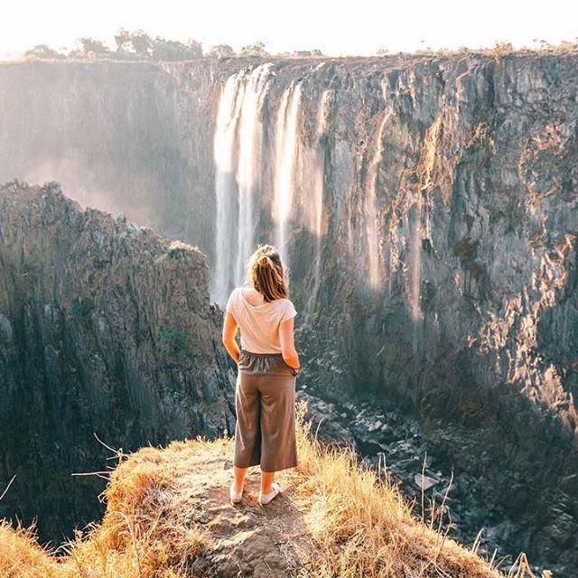Damit ihr nicht wie ich erst einmal nachschauen müsst: Sambia liegt im südlichen Teil Afrikas, unter anderem neben Simbabwe, Botswana und dem Kongo. Das Land ist mehr als doppelt so groß wie Deutschland und hat fast 16 Millionen Einwohner, von denen nur wenige die Amtssprache Englisch sprechen, sondern eher eine der 73 Stammessprachen. Ein großer Teil der Bevölkerung ist in der Landwirtschaft beschäftigt, aber auch Kupferbergbau und vor allem der Tourismus spielen eine immer wichtigere Rolle…