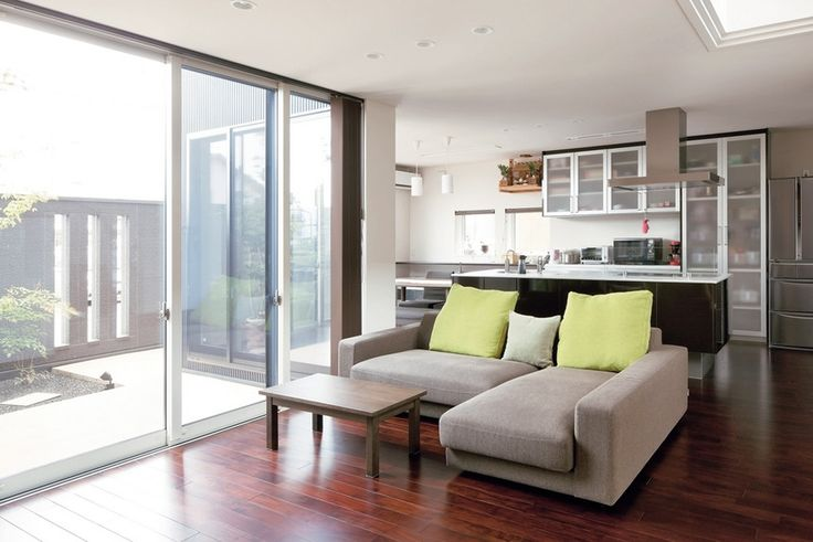 アジアンウォールナットの床に座り心地のいいソファが置かれたリビング。中庭を眺めながら寛ぎのひととき。