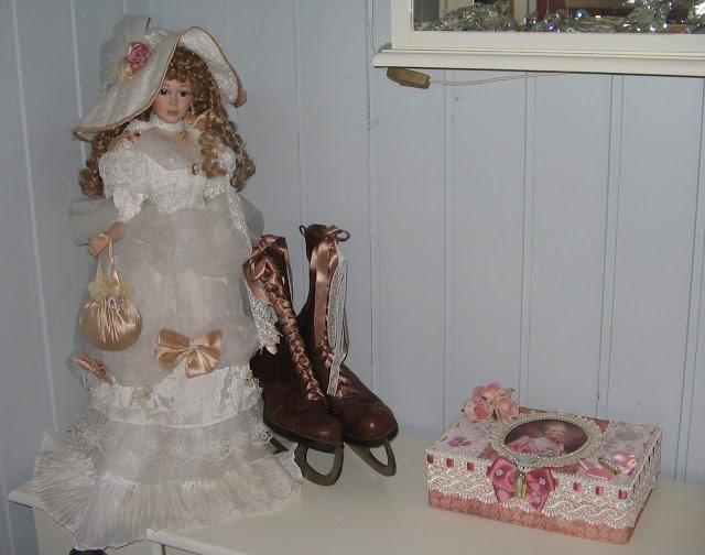 hoekje in de slaapkamer met Victoriaanse schaatsen