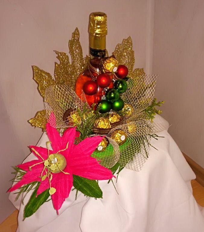 Новогодний подарок на заказ 2в1 бутылка шампанского с нарисованным петухом и надписью 2017г. и шоколадными конфетами. Все это украшено разноцветными новогодними шарами