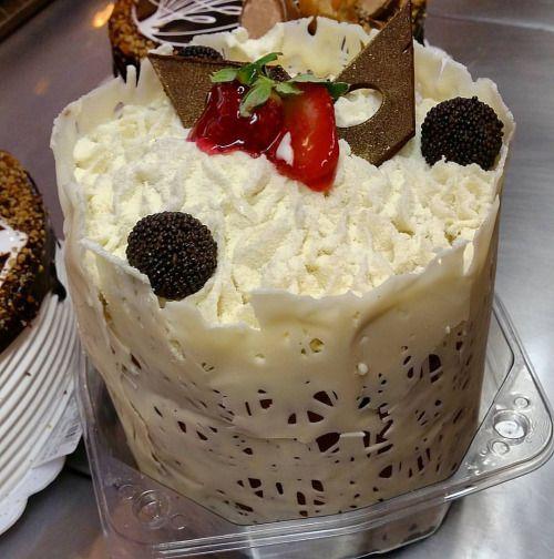 Chocotone trufado e decorado com recheio leite ninho e brigadeiro. #confeitariapolos #goiania  (em Polos Pães e Doces)