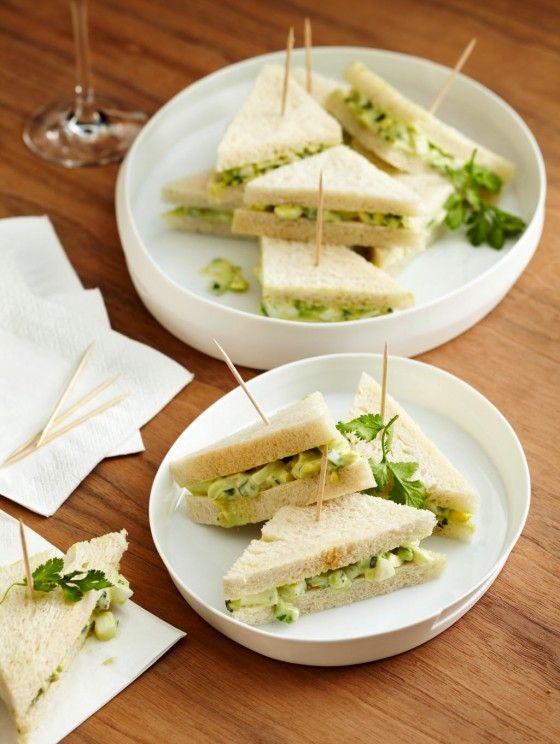 Eiersalat-Sandwiches mit Avocado: Diese kleinen Häppchen sind ruckzuck verspeist, denn die Füllung aus Eiern, Schmand, Zitrone, Gurke, Avocado und Kräutern ist einfach zu köstlich.