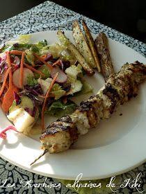 Les Aventures culinaires de Kiki: Brochettes de poulet juteuses un peu grecques, salade croustillante vinaigrette crémeuse