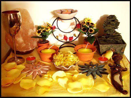 Алтарь Литы --- Свечи - голубые , золотые, желтые, оранжевые , зеленые   Благовония, масла - фиалка, роза, апельсин, тмин. Камни - рубин, гранат, алмаз, цитрин, янтарь, кошачий глаз, желтый топаз. Напитки - белое вино, светлое пиво. Еда - хлеб, хлебцы, сезонные фрукты Цветы - подсолнух, одуванчик ,роза, шиповник, пучки трав. Алтарное покрывало - красное или золотое Используйте ладан и корицу для того чтобы освятить помещение.