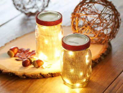 Lumières DEL dans un bocal Mason décoré de toile de jute