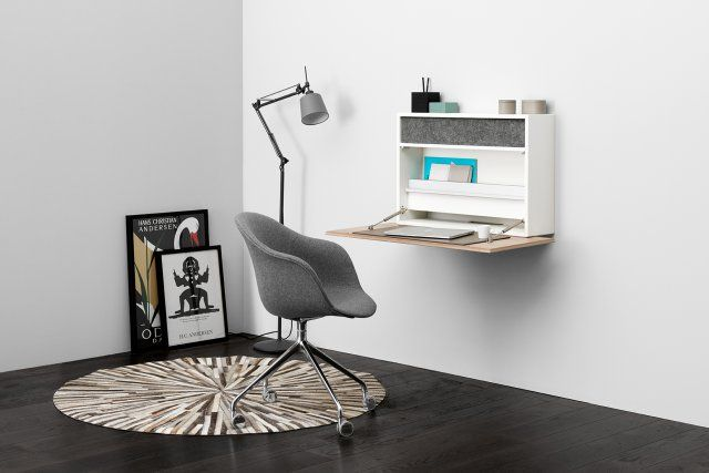 Un petit bureau secrétaire pour gagner de la place chez BoConcept. Simplement fixé au mur, ce petit meuble s'ouvre et se referme pour vous servir tantôt de bureau, tantôt de rangement. L'absence de pied est un gain de place évident.