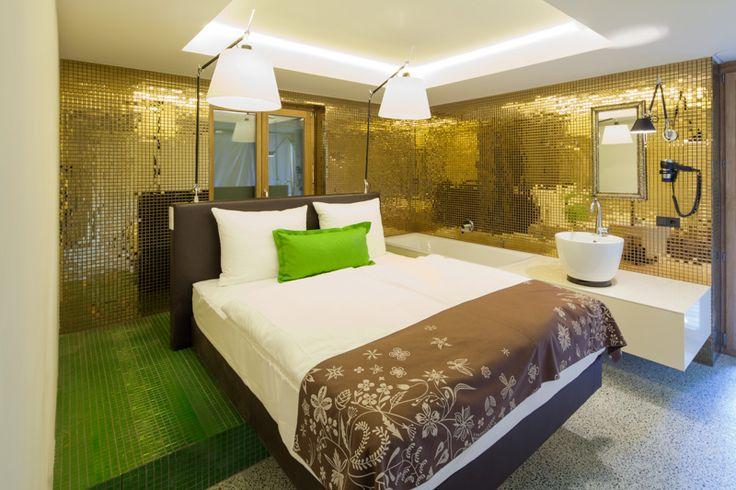 Zimmer Gold; Foto: 2quadr.at/ibk #hotel #interior #design #gold #tile