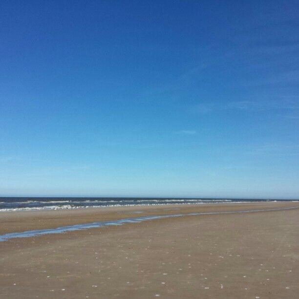 21 april 2015. Fietsen door een prachtig duingebied, daarna uitwaaien op een zonnig strand en tenslotte genieten van een drankje met wat lekkers in een rustige strandtent, veel blijer kun je mij niet maken!