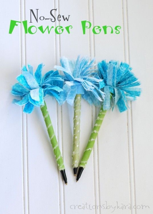 Easy No-Sew Flower Pens-- perfect for girls camp crafts! -from creationsbykara.com