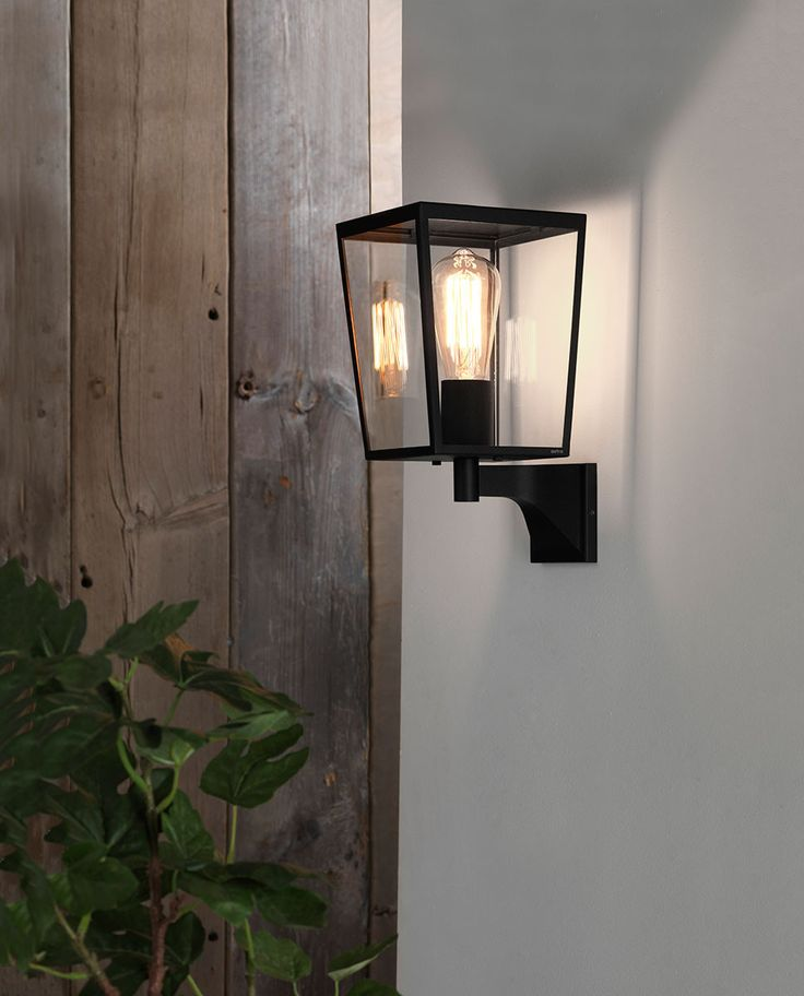 Farringdon Vegglampe er en moderne klassiker produsert i sortlakkert metall og klart glass. Lampen vil være et dekorativt valg til utebelysningen og fortjener en klar og dekorativ pære for å gi den det rette uttrykket.