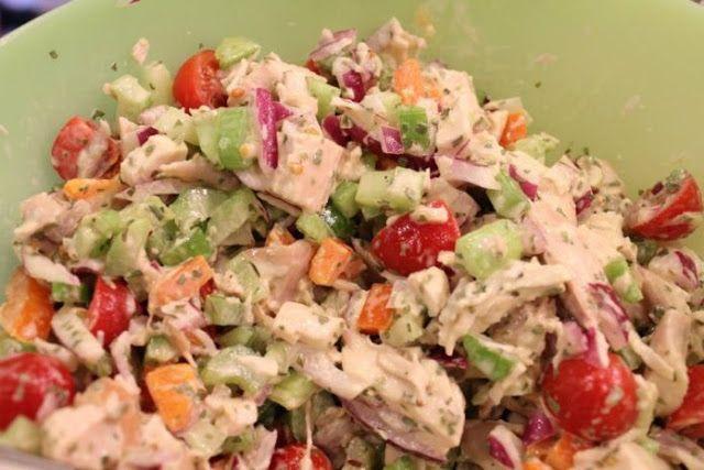 Εύκολο, νόστιμο, υγιεινό και κυρίως χωρίς πολλές θερμίδες το πιάτο που θα φτιάξουμε, το οποίο μπορούμε να φάμε ακόμη και ως κυρίως γεύμα ή να σερβίρουμε στο τραπέζι ως σαλάτα. ΥΛΙΚΑ  1 κοτόπουλο βρασμένο και ψιλοκομμένο 1 κρεμμύδι