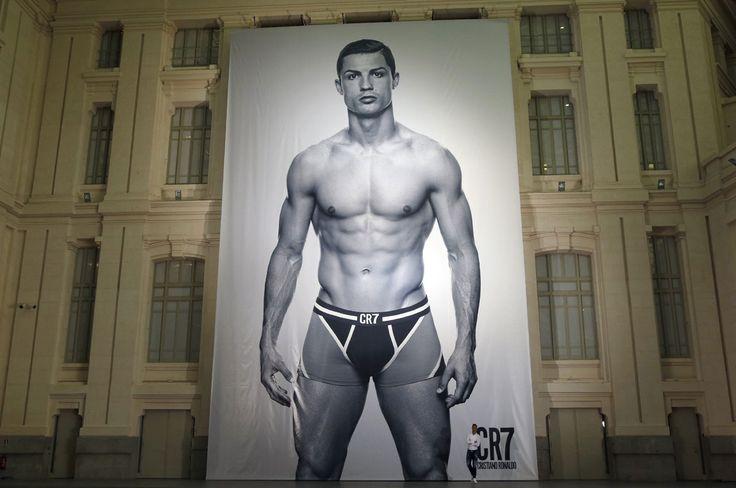 Cristiano #Ronaldo muestra su esculpido cuerpo para promocionar su nueva línea de ropa interior.