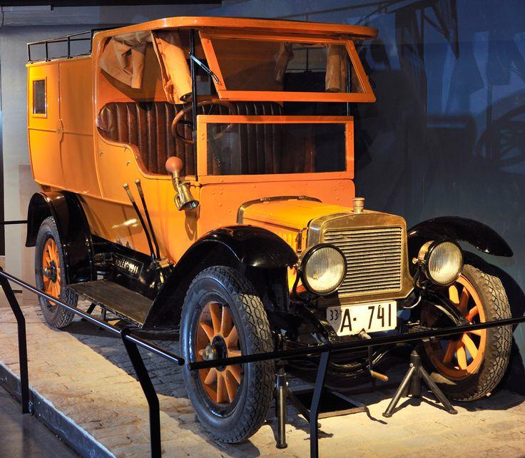Postin ensimmäinen auto Adler 1911 nähtävissä Postimuseossa.