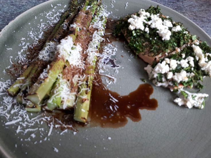 Zalm met kruidkorst (recept  uit Pauline's keuken) en gegrilde asperges met parmezaanse kaas en balsamico ( recept WordPress.com) Erg lekker en aan te raden